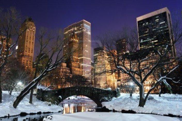 9479611-panorama-della-citta-di-new-york-manhattan-central-park-in-inverno-con-la-neve-ponte-congelamento-la