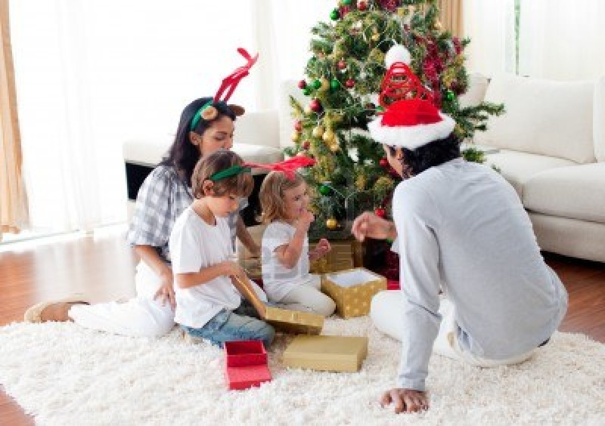 10096587 Family Decorating A Christmas Tree Kathy Kiefer