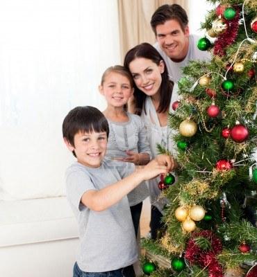 10097091-sorridente-famiglia-decorare-un-albero-di-natale