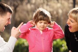 genitori-separati-continuano-litigare-davanti-figlio