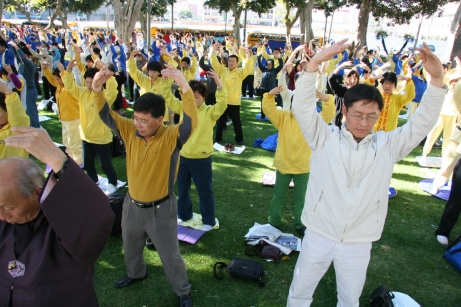 Falun_Dafa_the_second_exercise,_standing_meditation