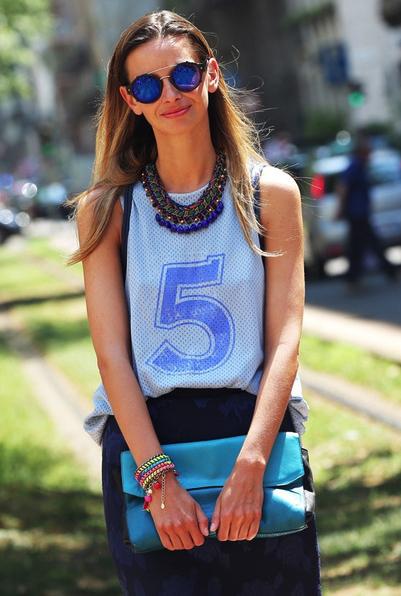 Top sporty con macro necklace e pochette turchese, colore top di stagione