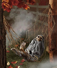 halloween-decorating-ideas-interactive-skeleton-in-hammock